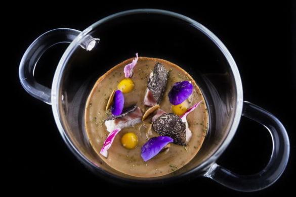 Anguila ahumada y trufa, pilpil de coliflor, ajonegro a modo de ajoblanco
