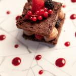 Sandwich de chocolate y frutos rojos