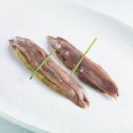 Anchoas Nardin 000 sobre crujiente de algas y verduras escalivadas