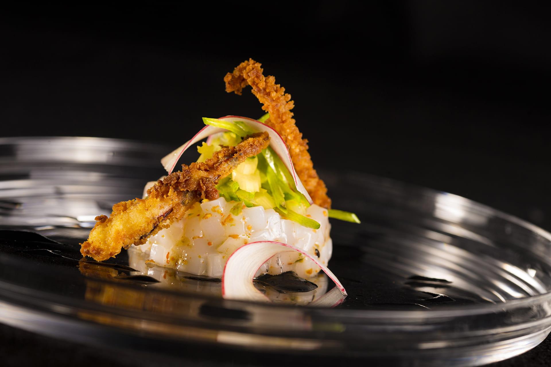 Tartar de calamar con ensalada de ruibarbo, tirabeques y caldo infusionado en estragón