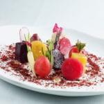 Verduras del Loira sobre tierra de remolacha, balsámico blanco y jugo de verduras