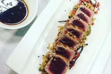 Tataki de atún rojo de la Almadraba, tabule de remolacha y salsa de yogur con vainilla del arco