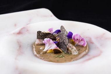 Anguila ahumada y trufa pilpil de coliflor y ajonegro a modo de ajoblanco